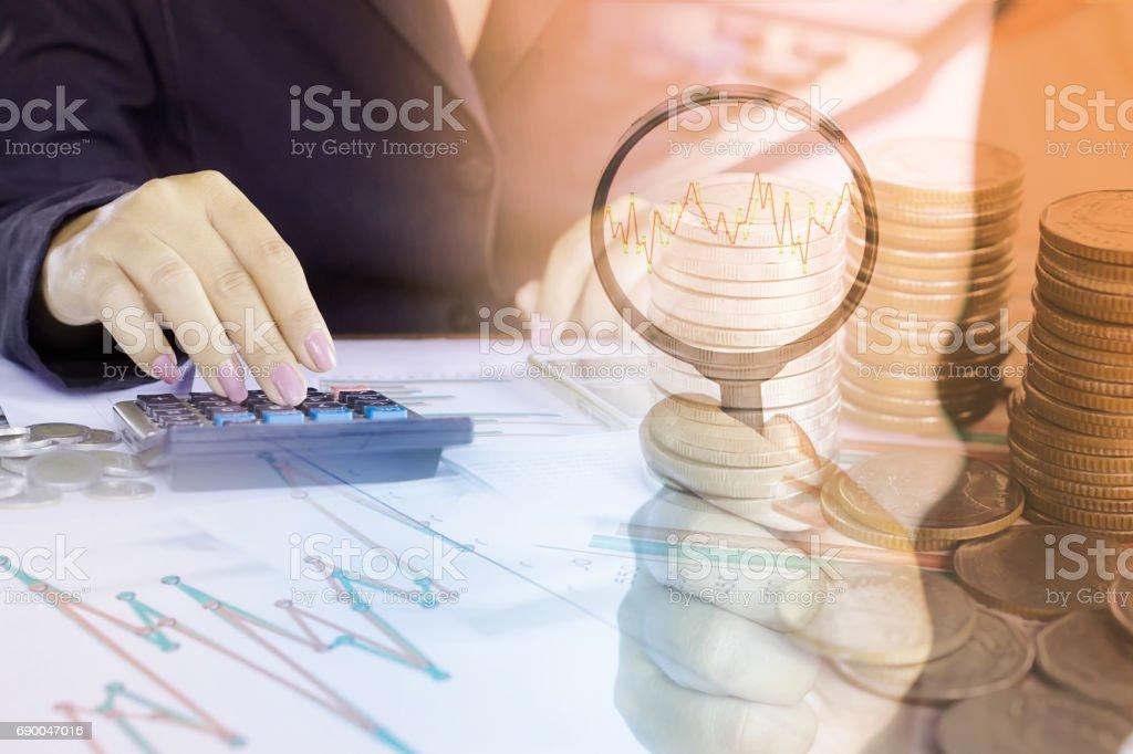 Doppelbelichtung Business-Frau, die Analyse auf finanzielle Graph Bericht und Kursdiagramm, Hand mit Lupe – Foto
