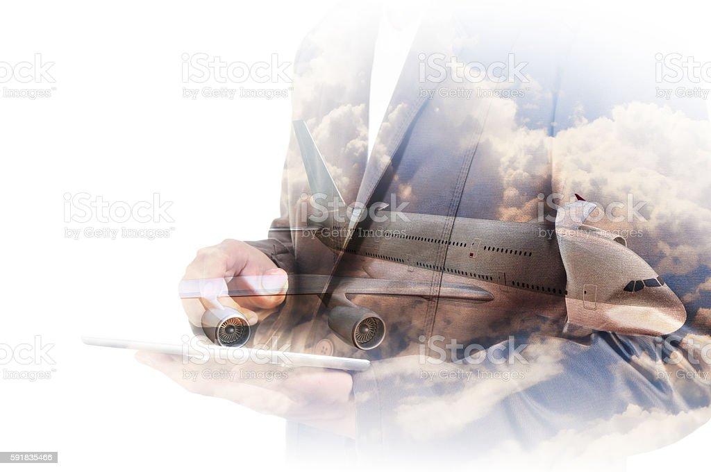 Double exposition de homme d'affaires utiliser ordinateur tablette avec avion - Photo