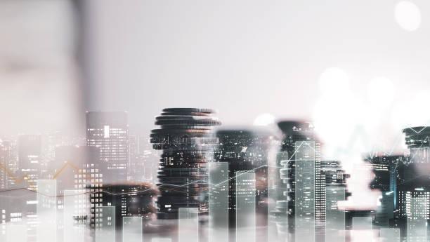 Doppelte Belichtung der Stadtansicht. Diagramme und Reihen von Geldmünzen für Finanzen, Geld, Investitionen und Geschäftskonzept Hintergrund – Foto