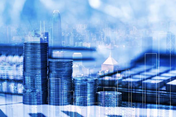 Çift Pozlama hesap makinesi, şehir arka plan, vizyon ve finans analiz kavramı planlama iş ile mali milimetrik kağıt levha ve sikke yığını stok fotoğrafı