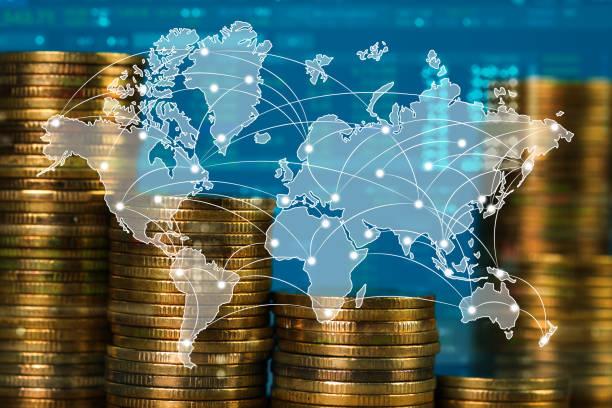 Çift pozlama bozuk para yığınının şehir arka plan ve Dünya Haritası, mali grafik, Dünya Haritası ve küresel ağ iş kavramı ile. stok fotoğrafı