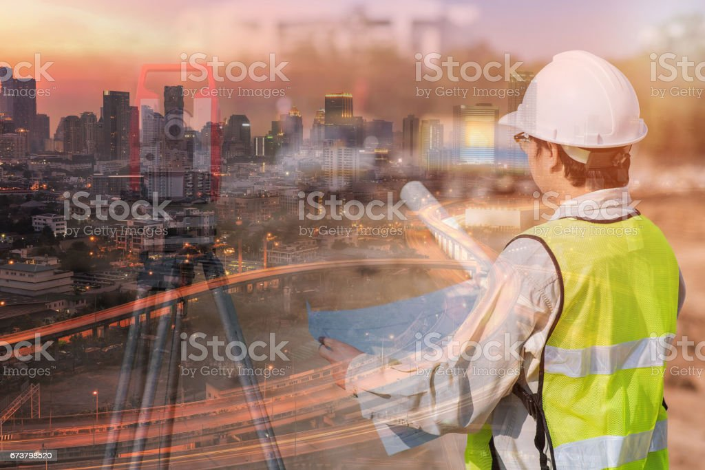 İnşaat Mühendisi inşaat, site alanı çizim ve modern şehir merkezinde kontrol çift pozlama royalty-free stock photo