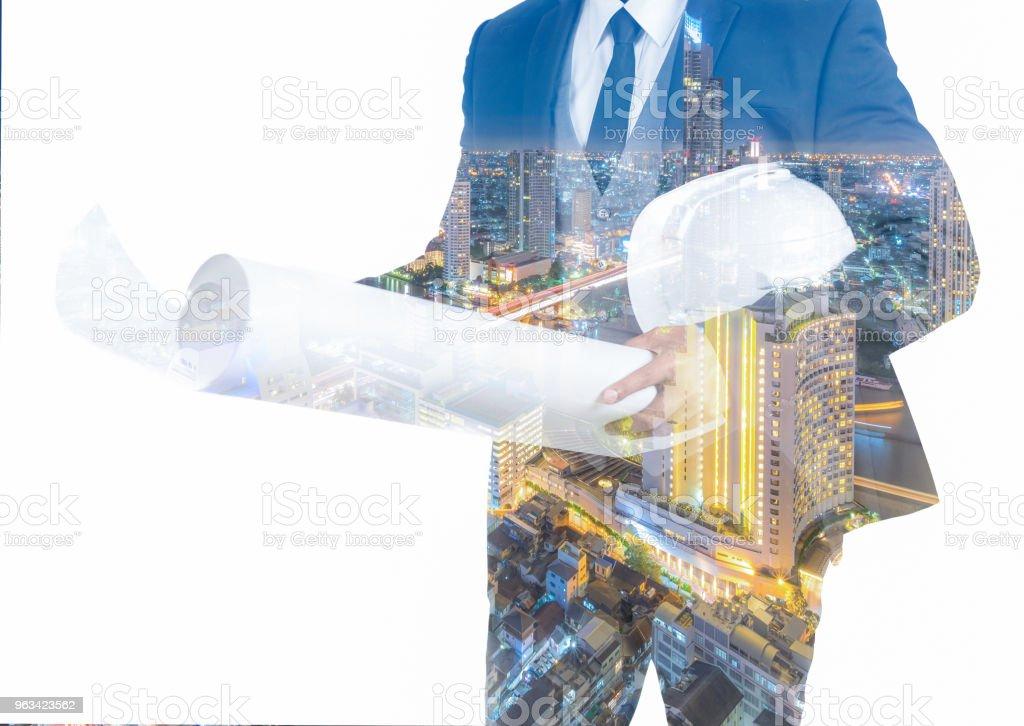 Podwójna ekspozycja inżyniera w chowanie garnituru na białym tle - Zbiór zdjęć royalty-free (Architekt)