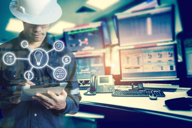 石油と天然ガスの産業ビジネス概念のコンピューター ルームのモニターにタブレットを使用している間ビジネス産業ツール アイコンを持つエンジニアや技術者の男の二重露光。 - 修理する ストックフォトと画像