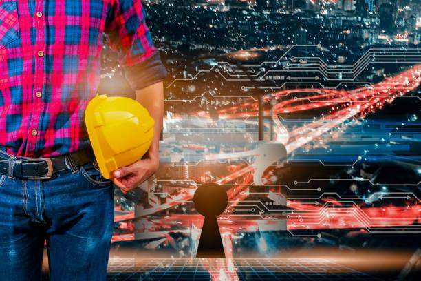 안전 헬멧과 디지털 회로 라인 기술과 구멍 키엔지니어의 이중 노출. 흐리게 도시 배경 - double exposure 뉴스 사진 이미지