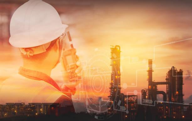 석유 정유 산업 공장 배경을 가진 안전 헬멧을 가진 엔지니어의 이중 노출. 공장 및 물리적 시스템 아이콘 개념, 산업 4.0 개념의 산업 장비. - 석유 화학 공장 뉴스 사진 이미지