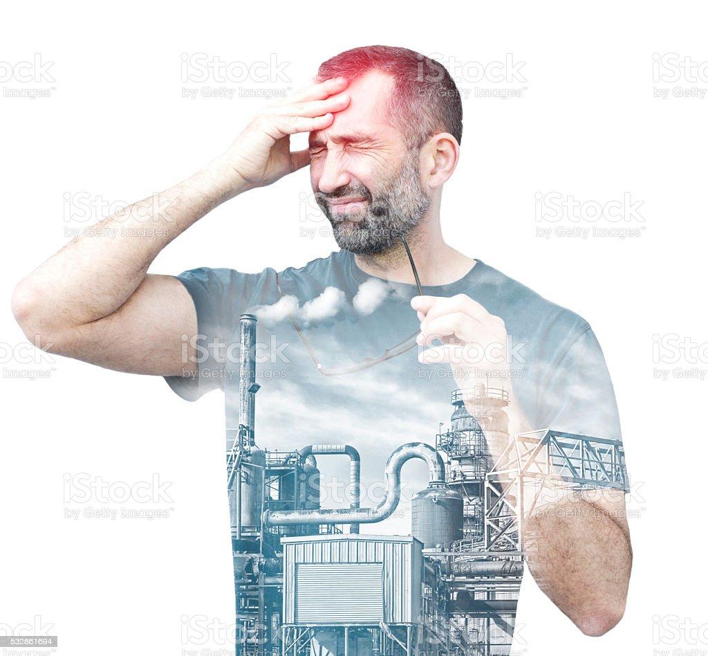 Doppelbelichtung eines Mannes mit Kopfschmerzen und Fabrik – Foto