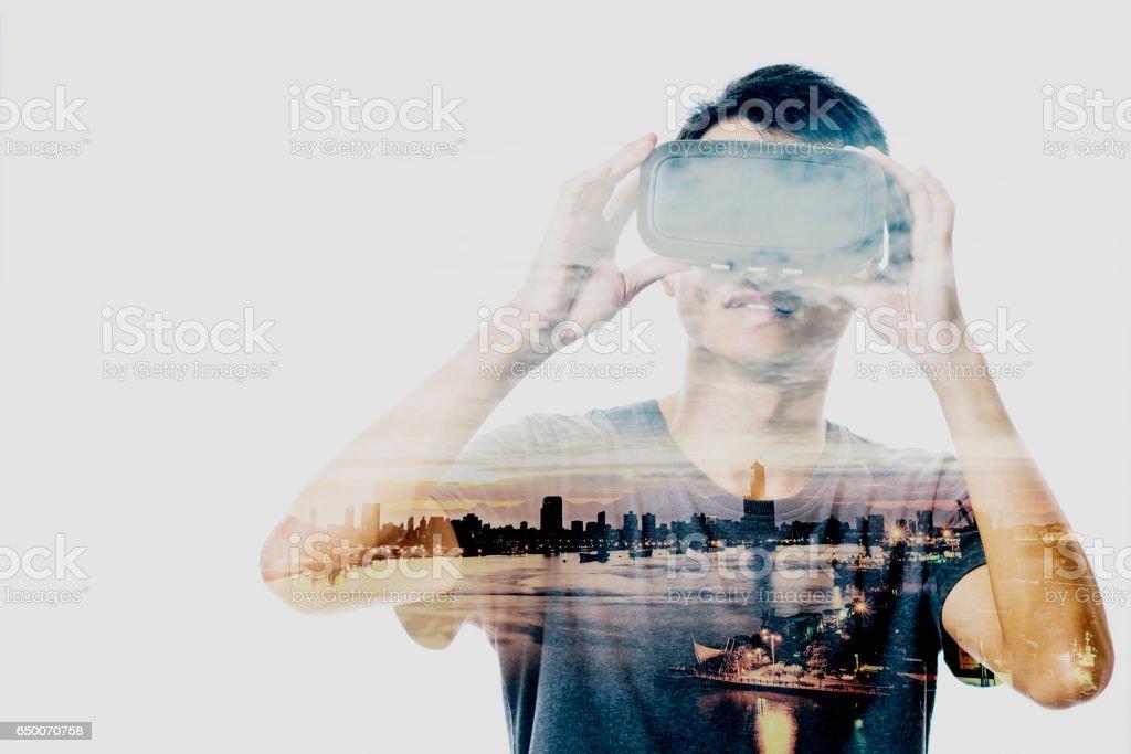Double exposition de personnes utilisant le casque de réalité virtuelle - Photo