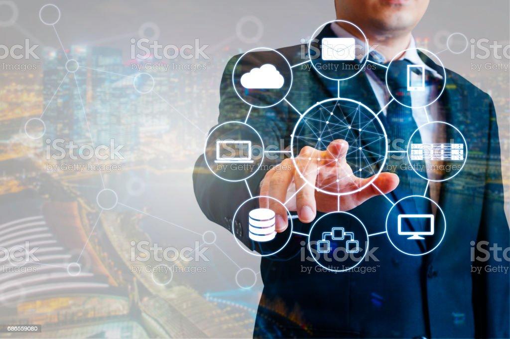 Double exposition de l'homme d'affaires professionnel périphériques connectés avec la technologie numérique au monde internet et réseau sans fil à écran tactile et ville d'expérience en affaires dans le concept d'affaires et de la technologie photo libre de droits