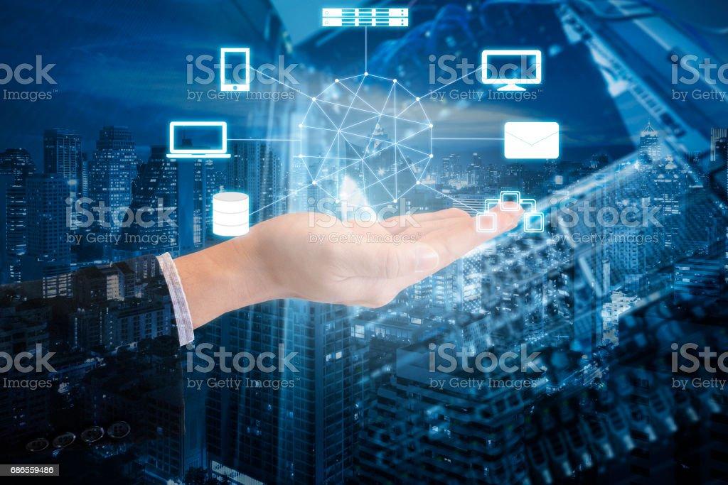 Dubbel exponering av professionella affärsman ansluta nätverket å i molnet teknik, kommunikation och affärsidé royaltyfri bildbanksbilder