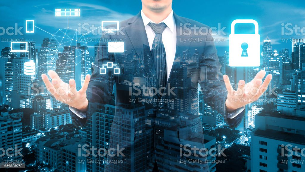 Dubbele blootstelling van professionele zakenman veiligheid technologie bescherming en netwerk verbinding met wazig stadsgezicht in communicatie, technologie en business concept royalty free stockfoto