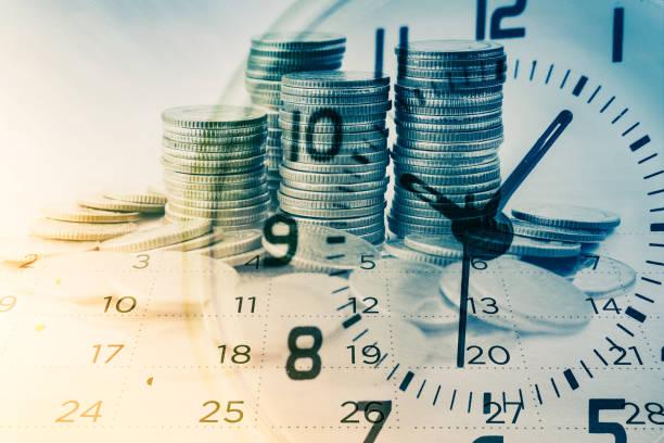 podwójna ekspozycja rzędów monet z zegarem i kalendarzem dla biznesu i finansów tła - czas zdjęcia i obrazy z banku zdjęć