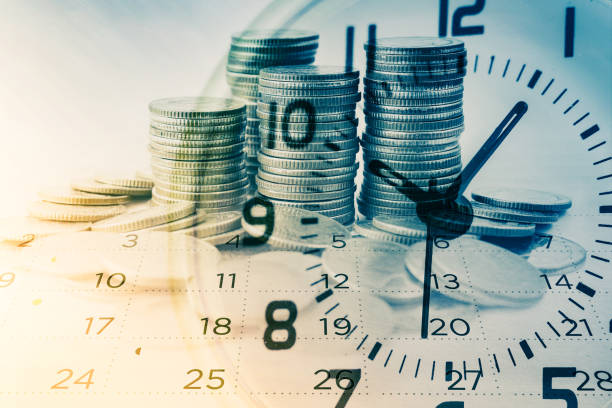 doppia esposizione di file di monete con orologio e calendario per background aziendale e finanziario - data foto e immagini stock