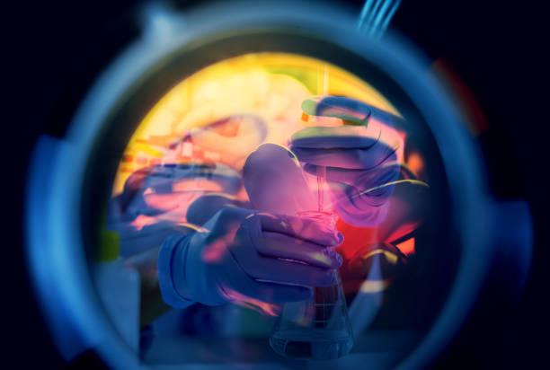Doppelbelichtung von Wissenschaftlern oder Chemikern und medizinischen Laborinstrumenten, Reagenzgläsern und Glaskolben für Mikrobiologie und Chemie im Labor für Medizinstudien. Forschungs- und Entwicklungskonzept. – Foto