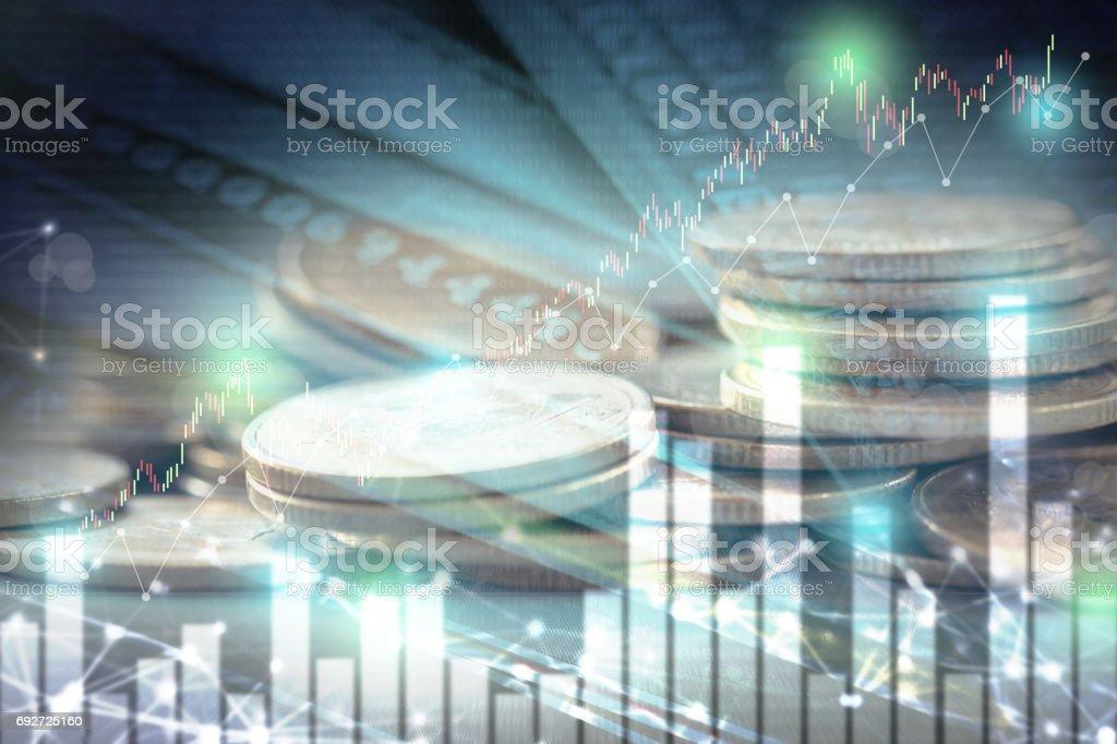 Doble exposición de gráfica acción y beneficio en las filas de monedas para el concepto de banca y finanzas. - foto de stock
