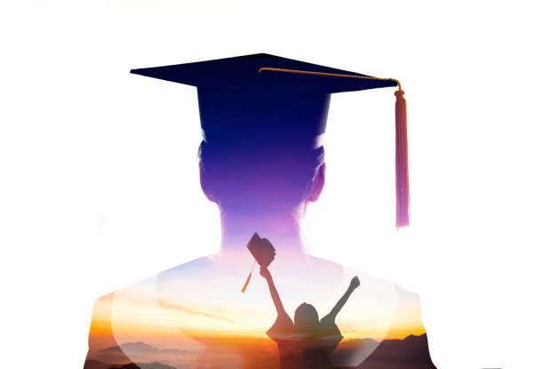 dubbele belichting van student graduatie kijken naar de zonsopgang - slagen school stockfoto's en -beelden