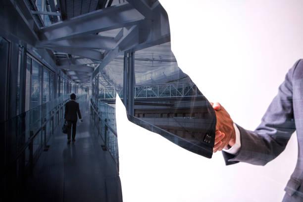 Doble exposición de dos personas de negocios agitando las manos y el paisaje urbano moderno, Resumen conceptual de la relación - foto de stock