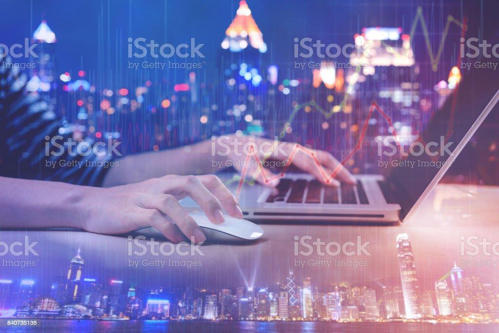 Doppelbelichtung Frau arbeiten mit Computer-Laptop mit Stadtbild und Diagramm-Diagramm – Foto