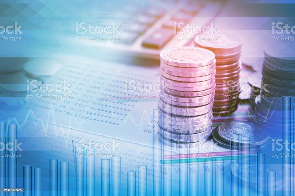 doppelte Belichtung Haufen von finanziellen Graph, Kursdiagramm, Münzen, Sparbuch – Foto