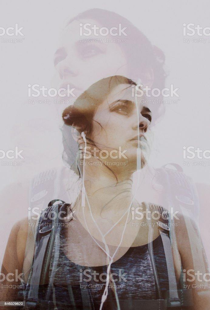Doppelbelichtung Porträt von einem weiblichen Wanderer – Foto