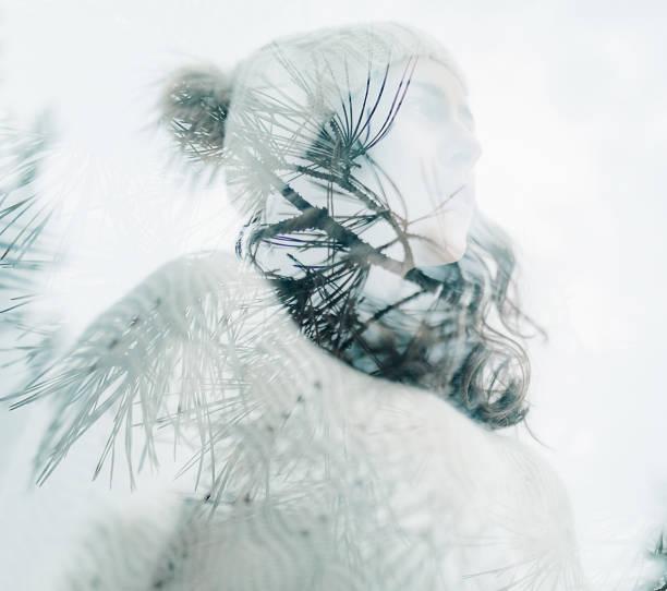 젊은 여자의 두 배 노출 초상화 지점의 이미지와 소나무의 바늘과 결합. - double exposure 뉴스 사진 이미지