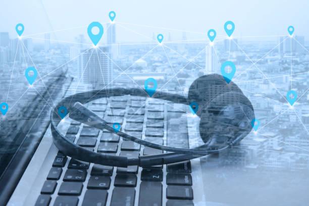 Doppelte Belichtung social Network mit Kopfhörer und Computer Laptop, Support für Call Center und Customer Service Hilfe, Konzept für die Kommunikation. – Foto
