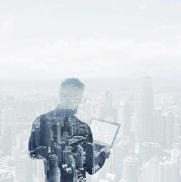 Doppelbelichtung junger bärtiger Geschäftsmann mit schwarzen Hemd halten moderne – Foto