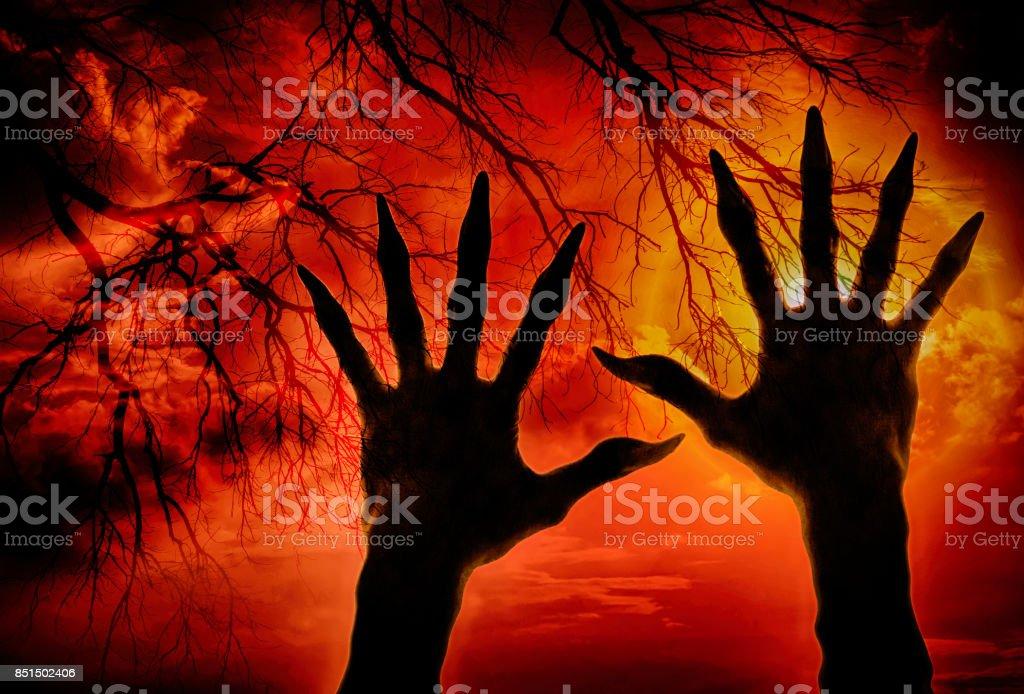 Doppelte Belichtung Zombiehand und Cloud mit getrockneten Branchs, Halloween-Konzept – Foto