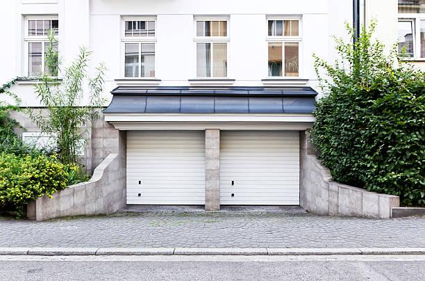 doppelte garage - garagentor mit tür stock-fotos und bilder