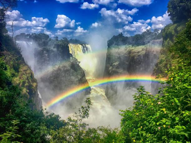 doppelter regenbogen an den victoria fällen in sambia - fluss sambesi stock-fotos und bilder