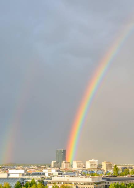 Doppel-Regenbogen in der Stadt – Foto
