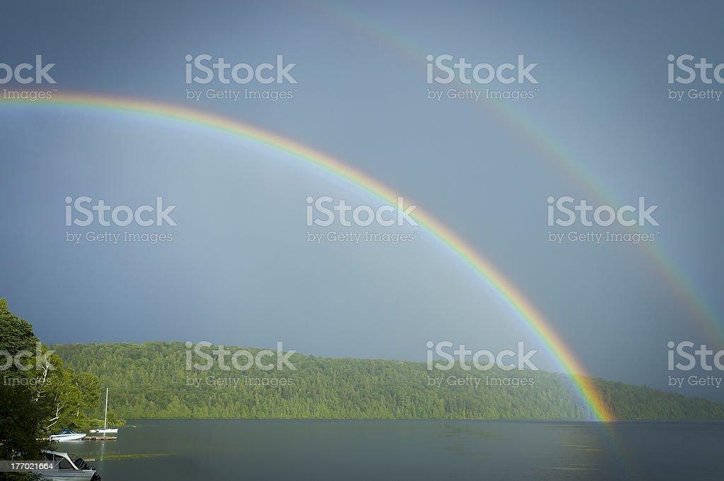 double arc-en-ciel sur le lac avec bateaux - Photo de Arc en ciel libre de droits