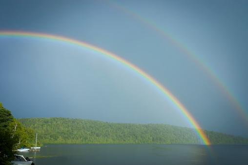 Photo libre de droit de Double Arcenciel Sur Le Lac Avec Bateaux banque d'images et plus d'images libres de droit de Arc en ciel