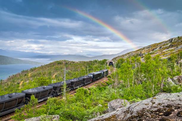 dubbel regnbåge över tomt järnmalm tåg i svenska lappland - norrbotten bildbanksfoton och bilder