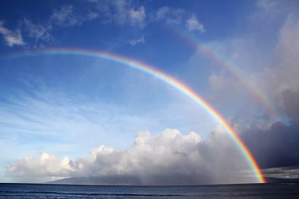 arcobaleno doppio oceano pacifico relax in spiaggia a maui, hawaii - arcobaleno foto e immagini stock