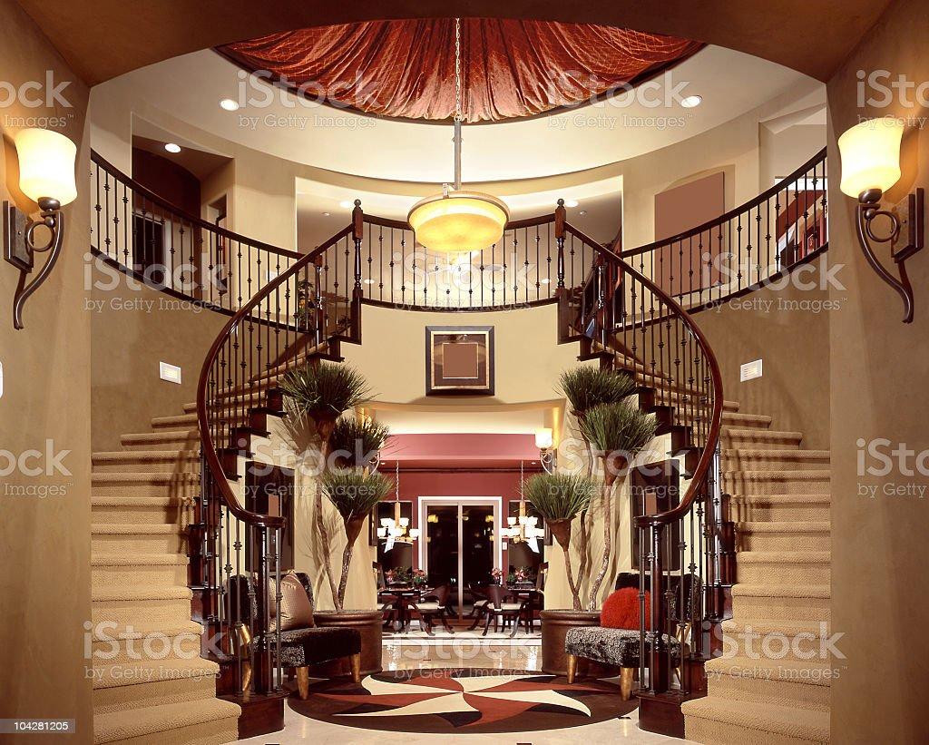 Escalera de lujo de entrada dise o de interiores casa for Escaleras de casas de lujo