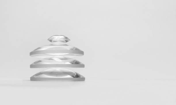 lentille double-convexe sur le pinacle du verre plat-convexe optique grossissant ensemble noir et blanc - convexe photos et images de collection