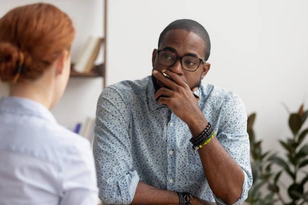 wątpliwe african hr rozmowy z kaukaskim wnioskodawcą na rozmowie kwalifikacyjnej - dwie osoby zdjęcia i obrazy z banku zdjęć