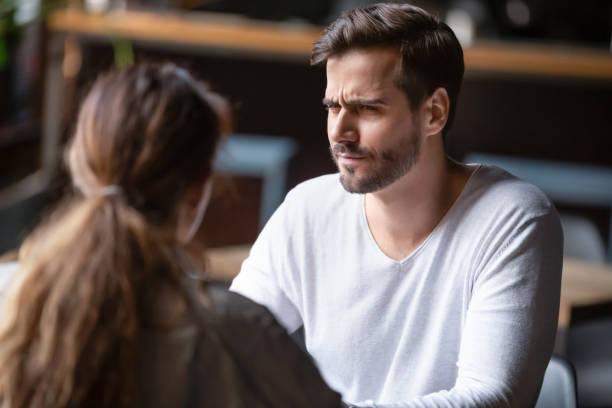 여자를 보고 의심 불만족 남자, 나쁜 첫 데이트 개념 - 악한 뉴스 사진 이미지