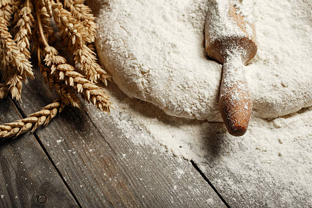 Dough with wooden rolling pin and wheat – Foto