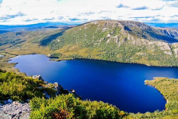 dove lake at cradle mountain, tasmania - cradle mountain stock photos and pictures