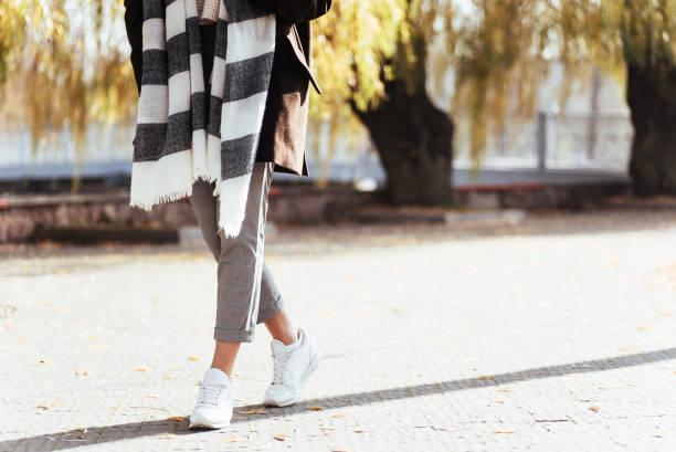 Körperteil. Eingeschnädas Foto von Mädchen haben einen Spaziergang am sonnigen Herbsttag im Park – Foto