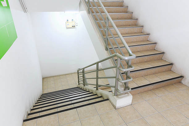 down the stairs from office building – Foto