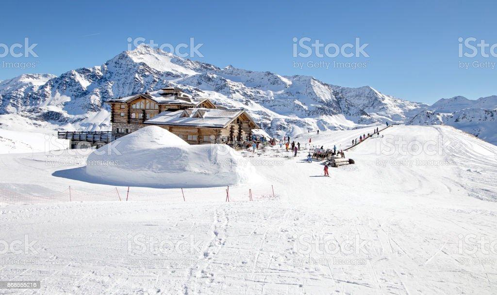 Pendiente Cuesta Abajo Y Apres Refugio De Esquí Con Terraza