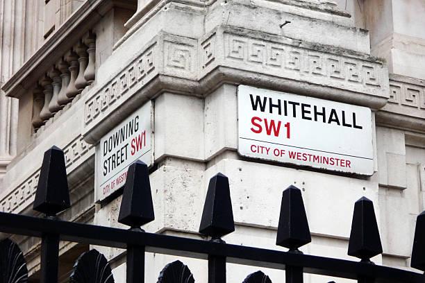 whitehall und downing street - britische politik stock-fotos und bilder
