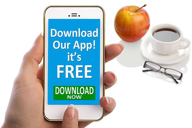 laden sie unsere app es ist kostenlos; auf smartphone-bildschirm - iphone gratis stock-fotos und bilder