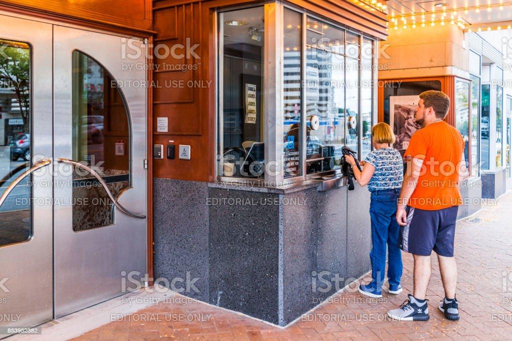 Área do centro da cidade, em Maryland, com pessoas que compram bilhetes de cinema cinema aguardando na fila de linha no AFI Silver Theatre e no Centro Cultural - foto de acervo