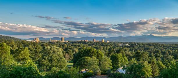 Panorama de montañas de canto azul centro Asheville Carolina del norte - foto de stock
