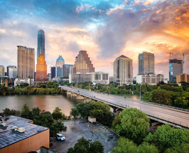 Innenstadt von Austin Skyline bei Sonnenuntergang erhöhte Ansicht mit Colorado River – Foto