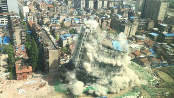 immeuble du centre-ville de démolition par implosion - imploser photos et images de collection